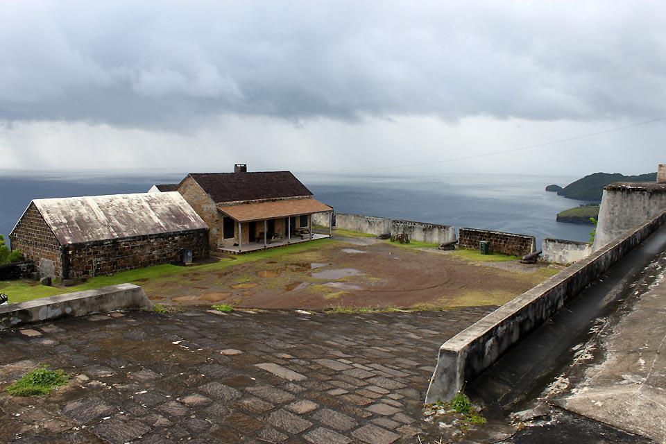 Das 1806 fertig gestellte Fort Charlotte liegt 183 m hoch über der Bucht von Kingstown.