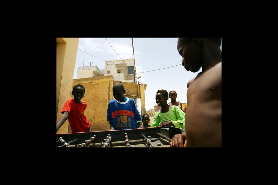 Las calles de Saint-Louis están animadas por las risas de los niños que juegan al futbolín