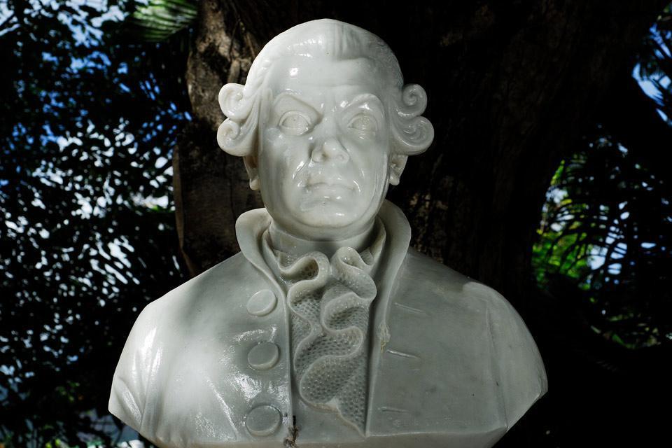 Administrador de las islas de Francia (isla Mauricio) y de la isla Bourbon (isla de la Reunión) en el siglo XVIII, en los inicios de la introducción de las plantas de especias en las Seychelles.
