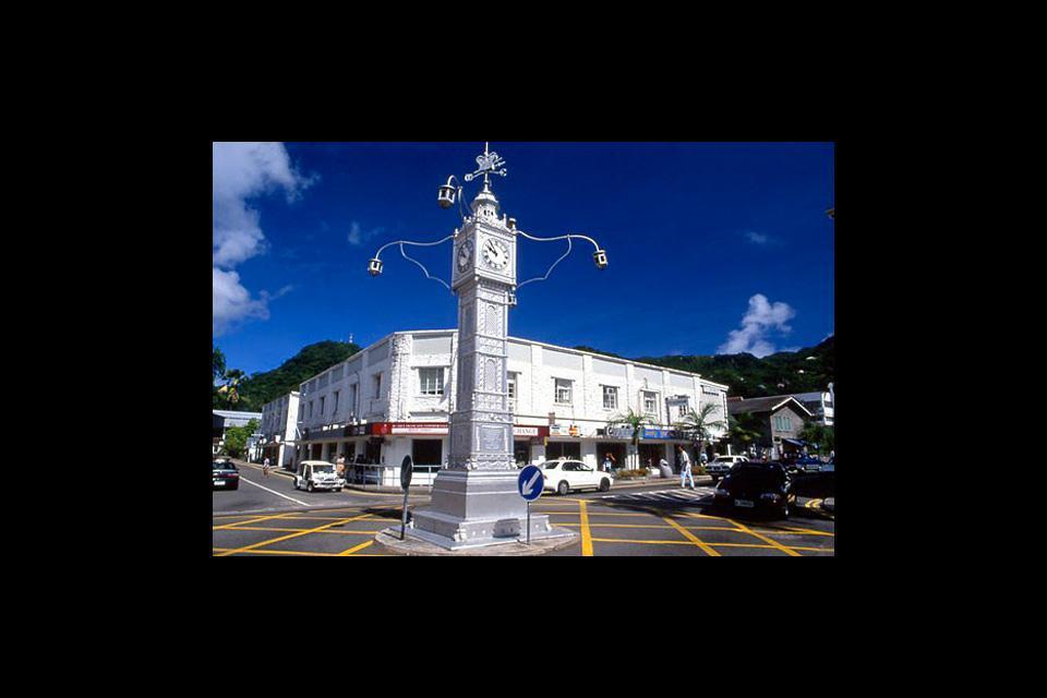 En el centro se encuentra el símbolo de la ciudad, la Clock Tower (Torre del Reloj) de Rond-Point, una especie de Big Ben en miniatura construido en 1903 en honor a la reina Victoria.