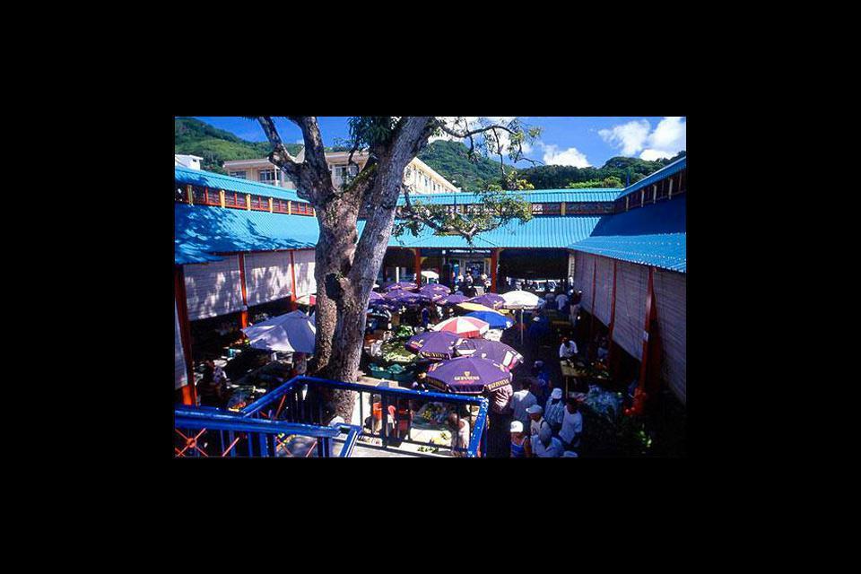 Desde 1840, el mercado es el centro neurálgico de la ciudad. En él encontrarás todos los productos tropicales, especias, pescado, frutas y verduras.