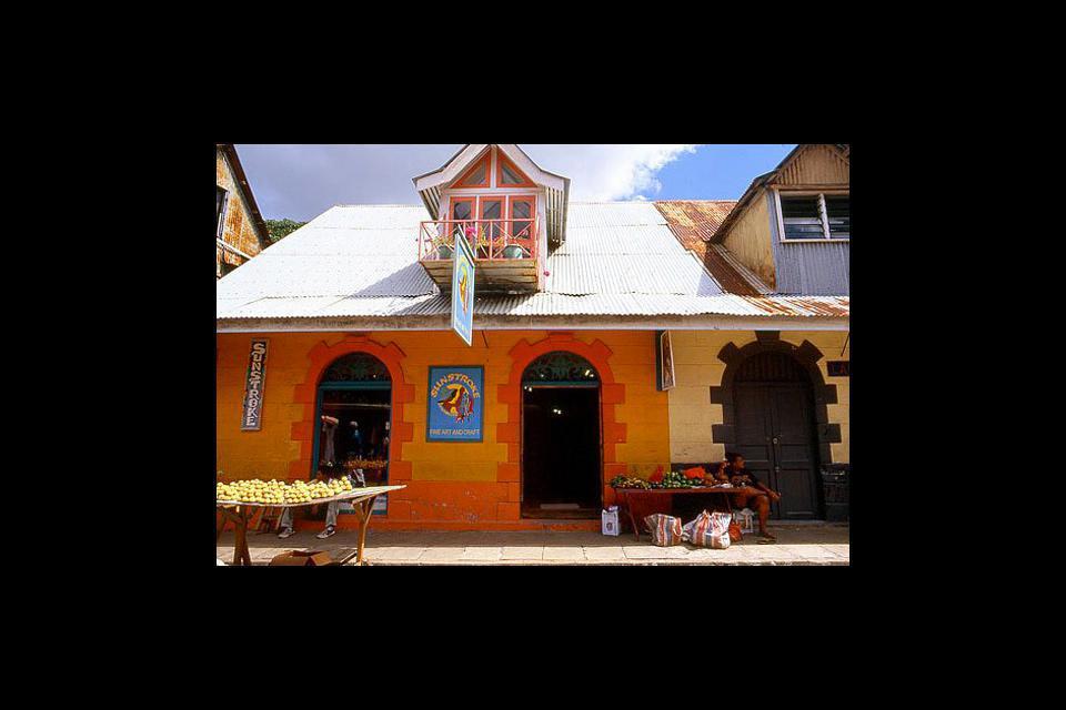 Junto a la plaza observarás bellas casas criollas y encontrarás la «market street», donde podrás adquirir cualquier producto artesanal de las Seychelles.
