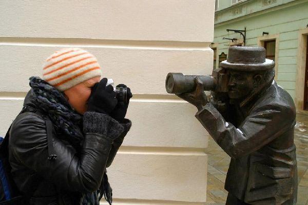 Eparpillées dans la ville, de nombreuses statues, comme celle du Paparazzi, ont but d'amuser touristes et habitants.