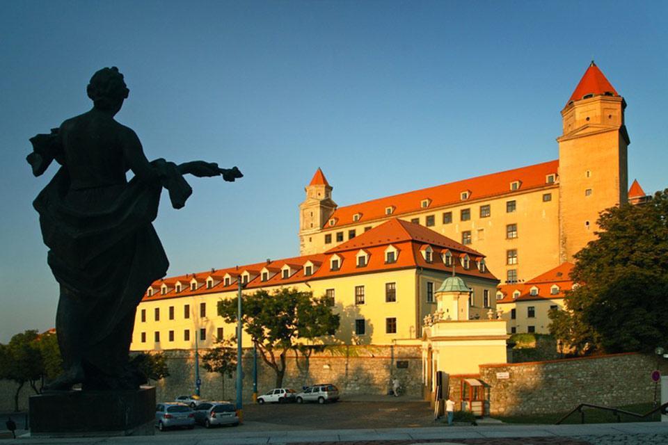 En plus de son musée dédié à la tapisserie, meubles, bijoux et armes, le château de Bratislava offre une vue superbe sur le Danube et l'Autriche !