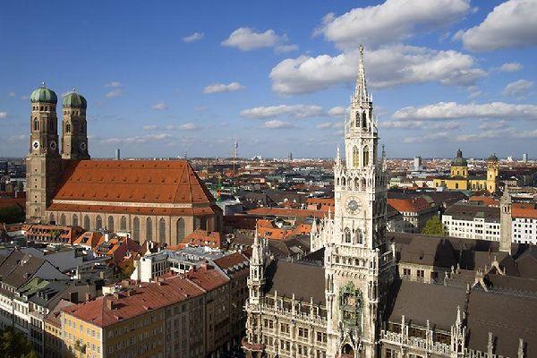 Le soleil se couche lentement au-dessus des toits de Munich