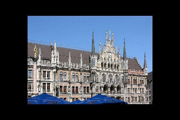 Ce somptueux bâtiment, de style néo-gothique, se trouve sur la Marienplatz, la place centrale de Munich.
