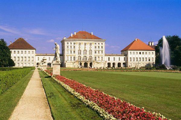 Ce somptueux château date de 1664; il est entouré de vastes jardins.