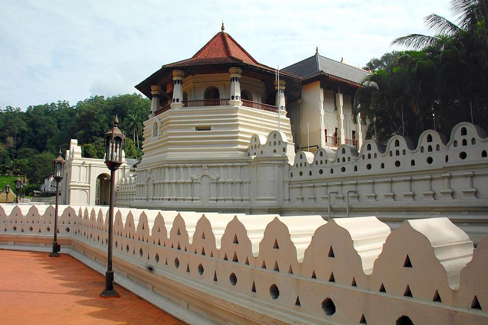 A Buddhist temple in the city of Kandy.  Located in the royal palace complex, it houses the Relic of the tooth of Buddha.