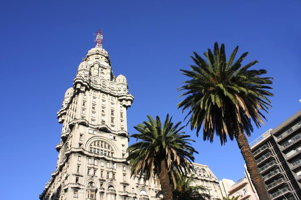This square is the centre of Montevideo. It is located between the Old Town and the new city.