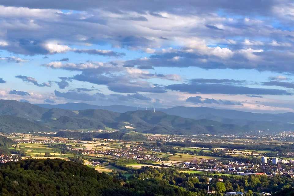 Sonne pur! Die Stadt im Breisgau ist mit durchschnittlich 1740 Sonnenstunden im Jahr die sonnigste Stadt der Bundesrepublik. Mit seinem milden, fast schon mediterranen Klima ist die idyllische Studentenstadt vor allem für die ausgesprochen gehobene Lebensqualität bekannt. Schön anzusehen sind auch die Freiburger Bächle. Dieses weite Netz von Wasserläufen in der Innenstadt war ursprünglich höchstwahrscheinlich ...