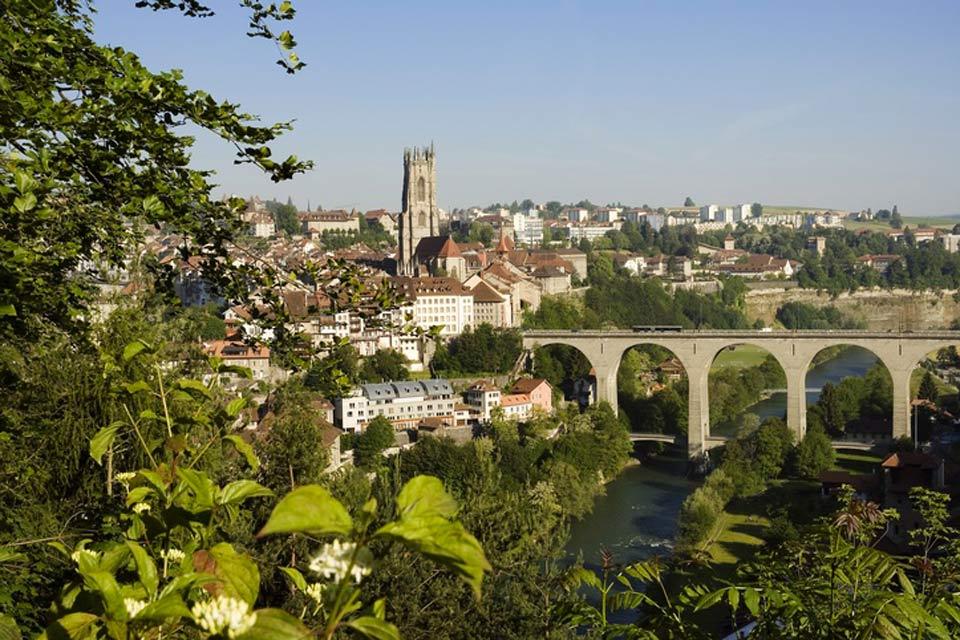 Die Brücke wurde 1924 errichtet und führt über den Fluss Sarine, der durch die Gegend rund um Freiburg fließt.