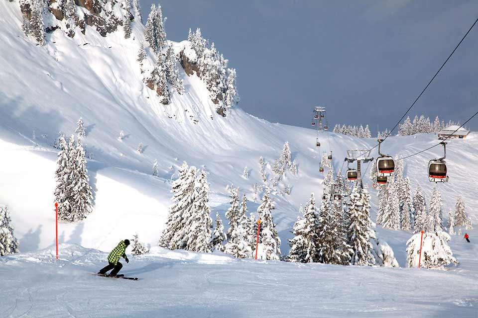 Gstaad appartiene al comune di Saanen ed è un affascinante borgo situato a 1050 metri d'altitudine. Regno delle boutique di lusso, Gstaad è più nota per i suoi illustri abitanti che per le sue piste da sci. Tuttavia, non si può fare a meno di constatare che il borgo ha molteplici risorse! Oltre alla sfilza di eventi che animano la vita della località tutto l'anno, sono numerose le attività invernali ...