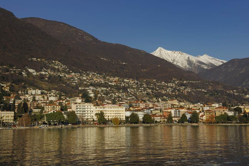 Locarno è addossata alla montagna, nei pressi del lago Maggiore.