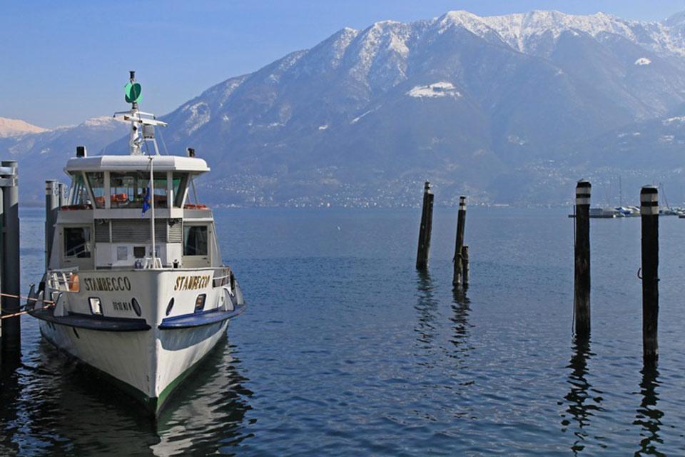Nel corso di una stessa giornata, è possibile lanciarsi su una pista da sci e poi navigare placidamente sul lago Maggiore.