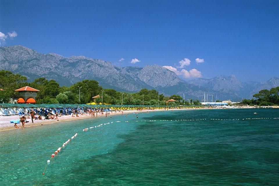 El litoral de la región tiene tanto playas de arena como de guijarros.