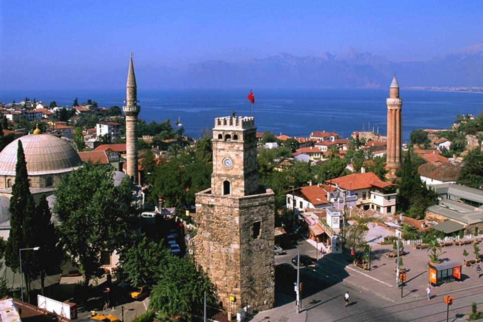 El centro histórico de Antalya posee varios monumentos conocidos, como la torre del reloj.