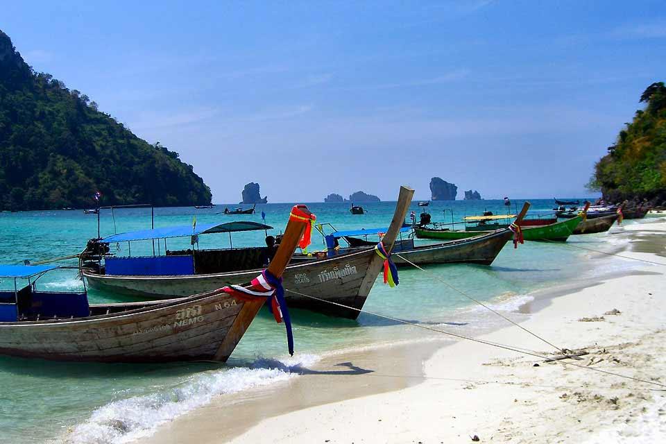 Même si l'archipel de Koh Lanta possède 52 îles, c'est celle de Koh Lanta Yai qui réunit l'essentiel de l'activité touristique. L'arrivée se fait par le port de Ban Sala Dan, au nord de l'île. Pour se rendre à Koh Lanta, il faut compter une bonne heure de route depuis Krabi. Ensuite, il faut emprunter deux ferrys pour arriver sur l'île. Connue pour sa tranquillité, Koh Lanta est vite devenue une destination ...