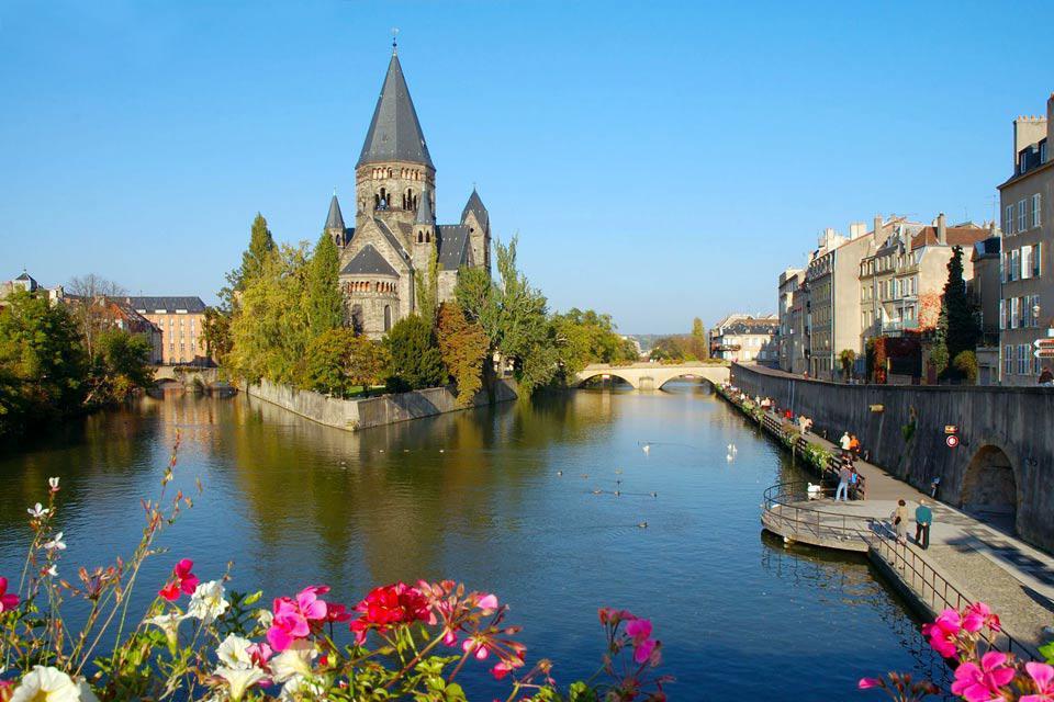 Metz, chef-lieu de la Lorraine, est riche d'une histoire qui remonte à 3000 ans avant J-C. Au confluent de deux rivières (la Moselle et la Seille), la ville se trouve au carrefour de grandes voies de communication et a conservé des traces de son annexion allemande, notamment à travers l'architecture de son quartier impérial. En effet, l'empereur Guillaume II tenta durant l'occupation de germaniser ...