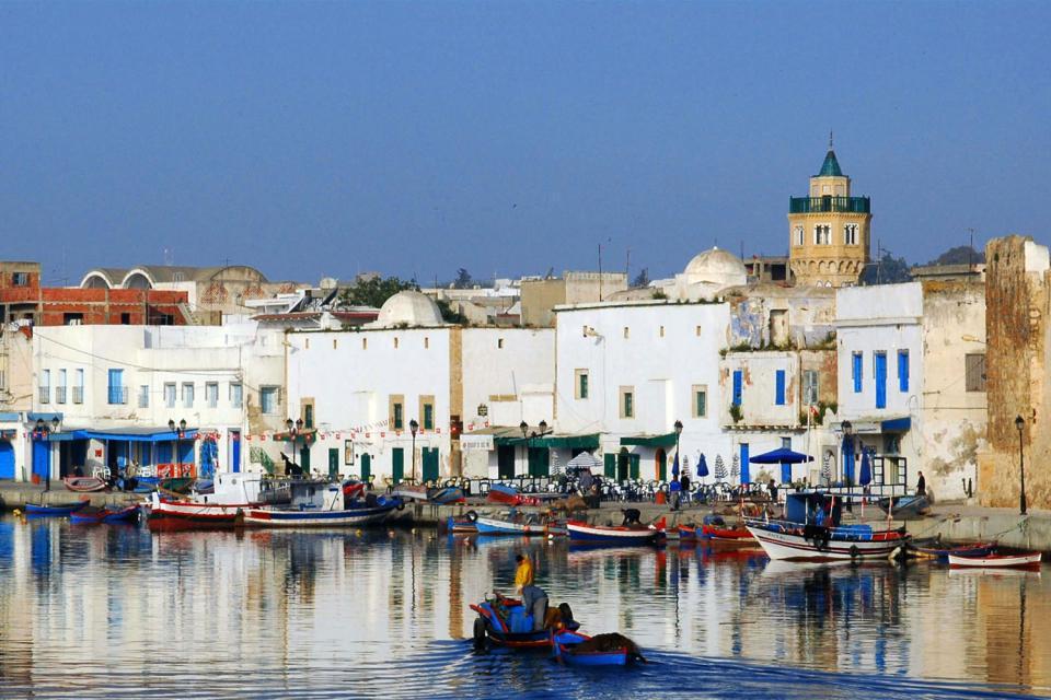 Située sur la côte nord tunisienne, la ville de Bizerte, relativement méconnue, mérite pourtant une visite. On apprécie son charmant port de pêche bordé de maisons ocre, où mouillent des barques colorées et sa plage bordée d'hôtels tranquille. A proximité, le cap Blanc, promontoire formé de collines blanchâtres s'enfonçant dans la mer constitue la pointe la plus septentrionale du continent africain....