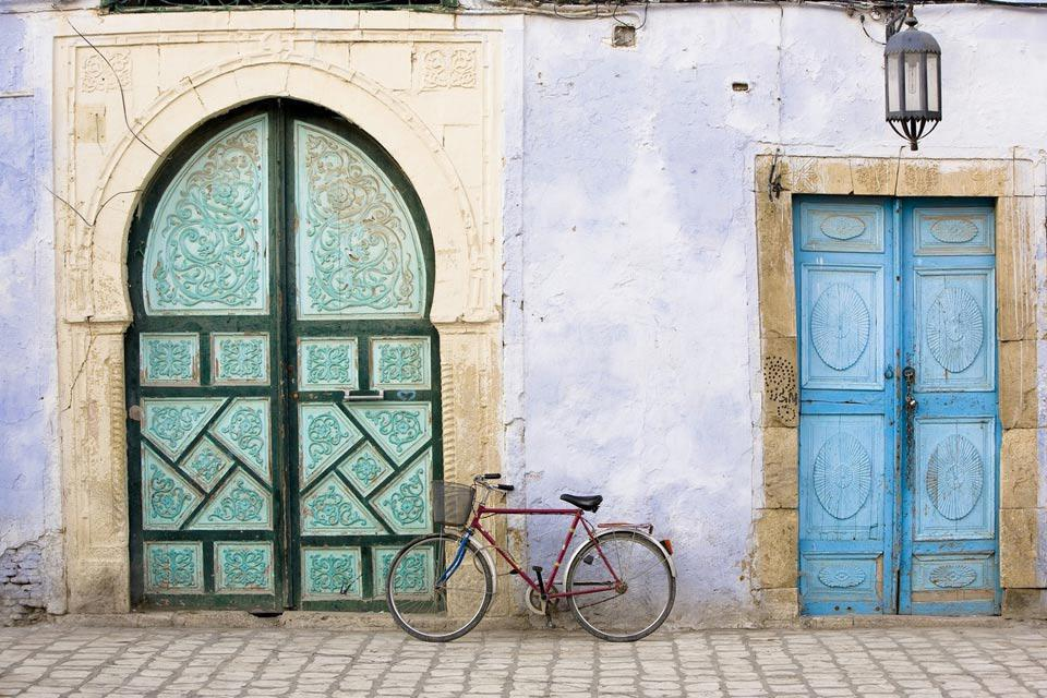 Lined with traditional houses with white façades, the streets of Kairouan offer a splendid setting for a walk.