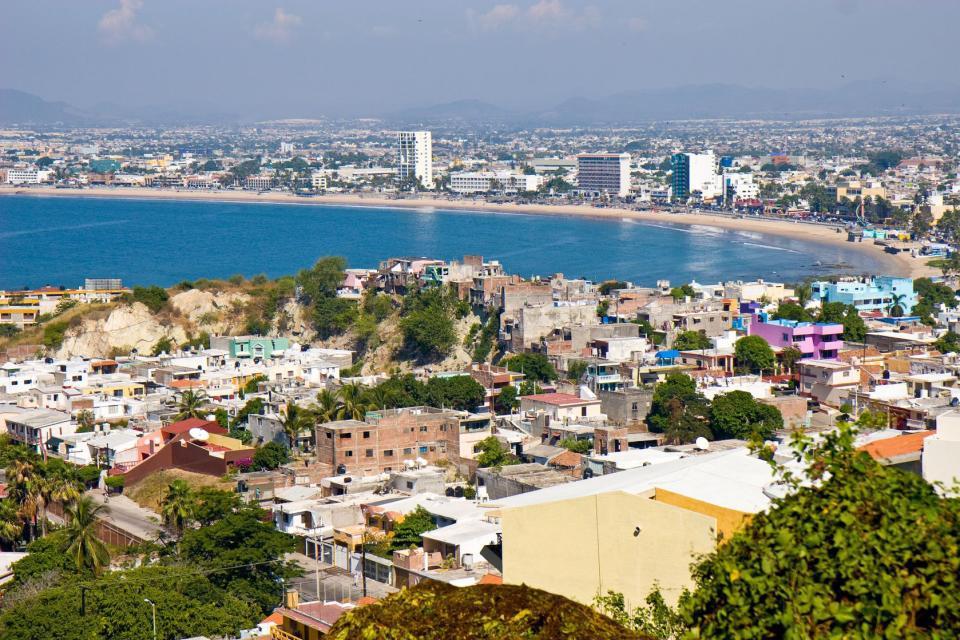 Mazatlán es conocida como la perla del pacífico, es además un famoso puerto localizado en la costa del pacífico mexicano, del que se destacan sus importantes atractivos turísticos y sitios de interés, como es el caso de su faro, así como el malecón, la isla de piedra y por supuesto su acuario, el cual es el más grande de todo México. Mazatlán se transforma durante sus importantes fiestas populares, ...