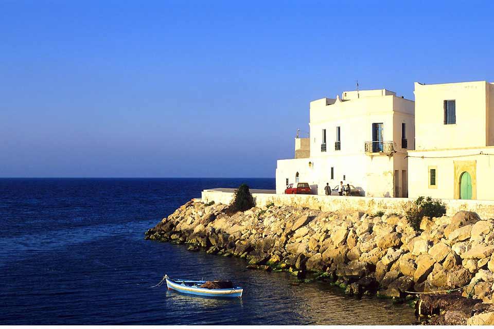 Los mahdianos dicen que sus playas son las más bellas de Túnez. En cualquier caso, son de las menos concurridas. Arena de color de la harina, agua de color turquesa, no hay algas indeseables y sopla una brisa que en verano es agradablemente refrescante. Una ventaja nada desdeñable, aún más cuando Mahdia también tiene la ventaja de no estar demasiado desarrollada turísticamente hablando. Los hoteles ...