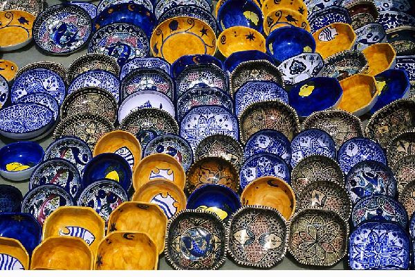 Moins connue que sa voisine Hammamet, Nabeul est une station balnéaire pleine de charme sur la côte ouest tunisienne. On n'y fait pas la fête jusqu'à l'aube, mais on apprécie son caractère sympathique, ses clubs familiaux et ses plages peu fréquentées. Nabeul est aussi un centre d'artisanat réputé : on peut s'y procurer de très belles poteries et des objets décoratifs en cuir et en métal. Et si l'on ...