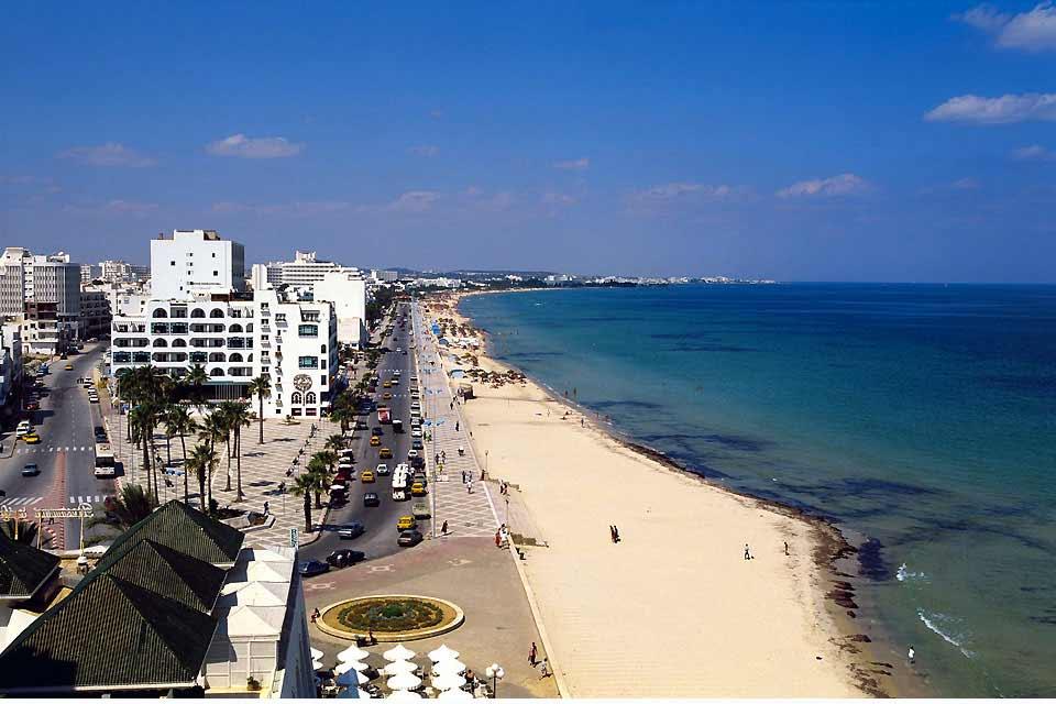 Sousse tiene el encanto de una ciudad histórica y el atractivo de una gran ciudad. Se puede apreciar en todas las estaciones del año, ya que su frente marítimo no constituye su único encanto. Las playas del centro de la ciudad tienen poco interés, pero los bares de moda, los restaurantes y el barrio histórico de la medina compensan. También se puede optar por alojarse en Sousse para visitar los alrededores: ...