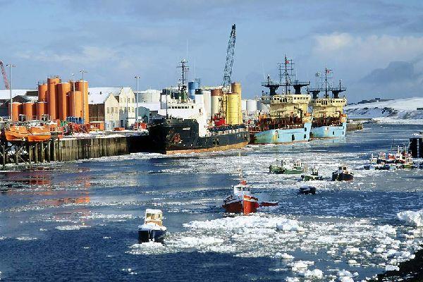 Su puerto marítimo es el más grande del mundo.