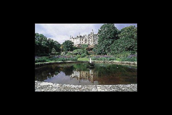 Existen dos universidades en la ciudad: la Universidad de Aberdeen, fundada en1495, y la Universidad de Robert Gordon, que accedió al título de universidad en1992.