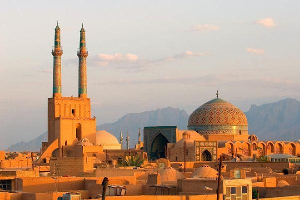 Yazd ist die Hauptstadt des Zoroastrismus und liegt im Zentrum des Landes. Die Altstadt ist durch eine typische Wüstenarchitektur mit labyrinthartigen Gassen und Lehmhäusern geprägt.