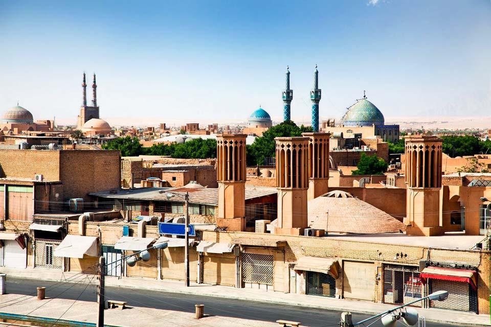 Établie entre les déserts de Dasht-é Kevir et de Dasht-é Lut, la ville de Yezd se repère facilement à ses constructions en pisé, au milieu des lacs salés. Au centre de la ville, le portail d'entrée du bazar Chahar Suq aligne ses trois rangées d'arcades superposées et ses deux minarets. Tout près, vous trouvez les mosquées de Mir Chakhmaq et de Vaght-o-Sa'at. Dans le quartier Nord, ne ratez pas la Mosquée ...