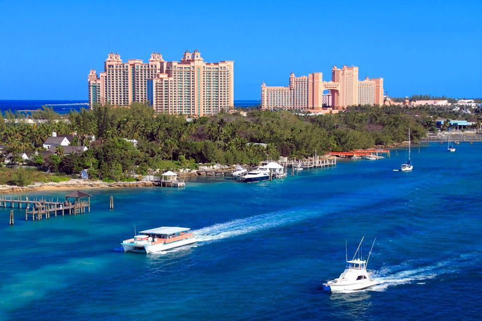 Nassau, la capitale de New Providence, est le lieu de passage obligé pour la plupart des touristes qui se rendent aux Bahamas. Ville active et florissante, on y trouve casinos, banques et boutiques et un port encombré de paquebots de croisière qui débarquent quotidiennement des cohortes de touristes. La ville n'est pas grande, et après avoir fait du shopping sur Bay Street ou au Straw Market, on peut ...