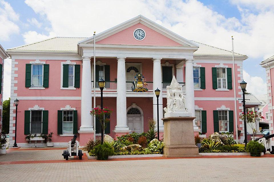 La ville est parsemée de bâtiments colorés.