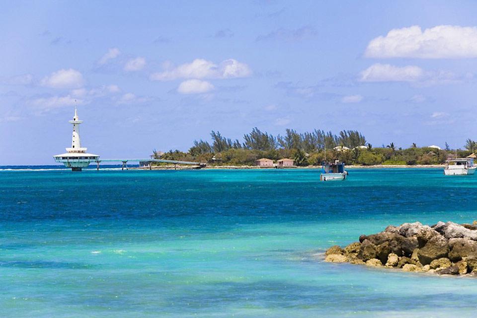 A pesar de su elevado volumen de tráfico, el puerto de Nassau conserva unas aguas idílicas.