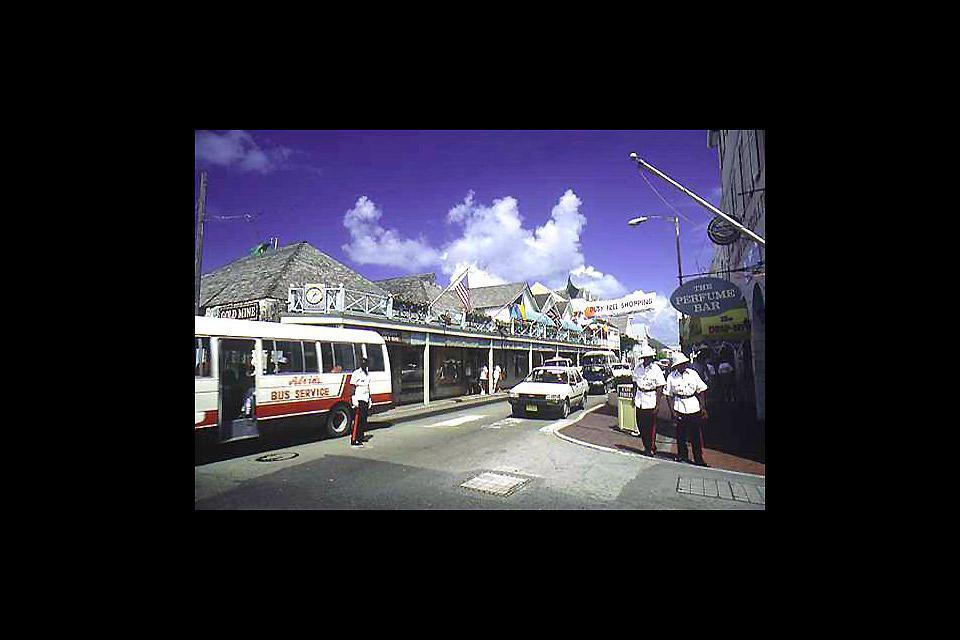 Nassau est non seulement la capitale des Bahamas mais la plus grande ville de l'archipel.