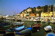 """Le port de Nice accueille les plaisanciers qui pourront notamment y observer les fameux """"pointus"""", ces embarcations traditionelles de pêcheurs symboles de la Méditerranée."""