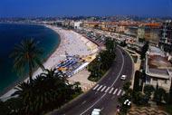 """Que serait la ville sans sa fameuse promenade des anglais, ou """"prom'""""  ? Cette route côtière de 7 kilomètres de long est un passage obligatoire pour toute visite à Nice."""