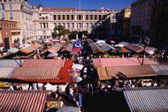 Lieux de rencontres et d'échanges, les marchés de Nice sont une tradition fermement implantée et renommée grâce à la qualité des produits frais proposés.