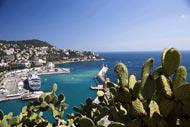 Le port de Nice effectue régulièrement des liaisons avec la Corse toute proche. La place Cassini, en face des quais, porte d'ailleurs désormais le nom de place de l'Île de Beauté.