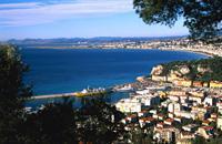 Nice, la plus italienne des villes de la Côte d'Azur, revendique avec fierté ses ascendances méditerranéennes. Cette petite ville riche, qui jouit d'un niveau de vie élevé, sait se faire apprécier des touristes. Nice, c'est non seulement un bord de mer légendaire (assez romantique en fin d'après-midi, il faut bien le dire), mais également un centre historique (le Vieux-Nice) où il fait bon se promener ...
