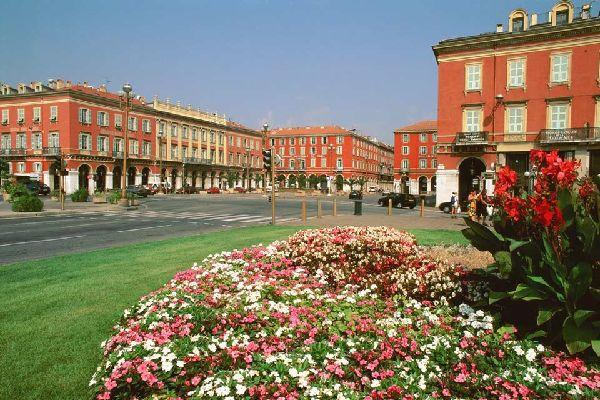 Nizza è una delle città più attraenti della Francia. Il suo clima, come anche l'architettura, a volte atipica, è gradito dai turisti.