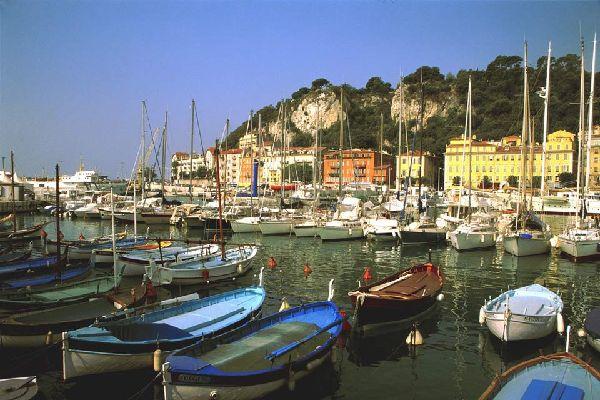 """Il porto di Nizza ospita le imbarcazioni da diporto; qui è possibile osservare le famose """"pointus"""", imbarcazioni tradizionali di pescatori, simbolo del Mediterraneo."""