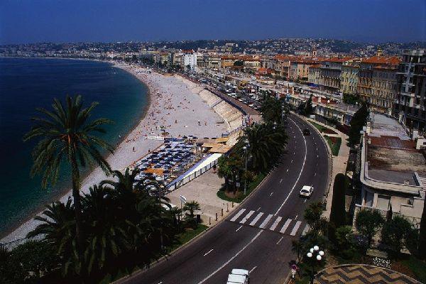 """Cosa sarebbe la città senza la sua famosa promenade des anglais, o """"prom'""""? Questa strada costiera lunga 7 chilometri è un passaggio obbligato per chi visita Nizza."""