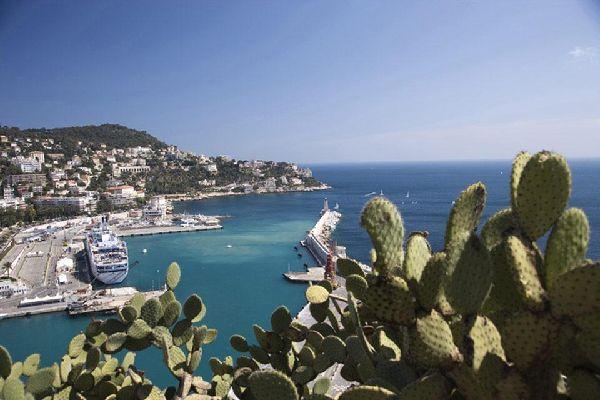 Il porto di Nizza effettua regolarmente collegamenti con la vicina Corsica. La piazza Cassini, di fronte ai moli, porta ormai il nome di piazza dell'Isola della Bellezza.
