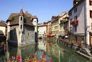 """Venezia non è la sola città ad essere immersa nell'acqua. Anche Annecy ha le sue gondole e se siete rimasti affascinati dalla bella italiana, vi invitiamo a provare anche la cosiddetta """"Venezia Savoiarda""""."""