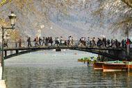 C'est une passerelle située au bord du lac d'Annecy à l'entrée du canal de Vassé. La légende dit que deux amoureux se donnant un baiser en son milieu sont unis pour la vie.