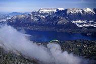 Parapendio, deltaplano, salto con l'elastico... Se siete amanti delle emozioni forti, il lago di Annecy è ciò che fa per voi!