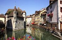 La prefettura dell'Alta-Savoia è una delle principali attrazioni turistiche della Francia. Occorre dire che la cittadella medievale, teneramente appoggiata al grande lago circondato da villaggi e fortezze, che promette ampi panorami sui massicci alpini, rappresenta una delle visioni più romantiche delle Alpi.   Luogo di villeggiatura gradevole, che offre un vasta gamma di attività (dall'imbarcazione ...