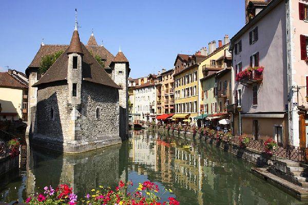 Venise n'est pas seule à être immergée. Annecy aussi a ses gondoles et si le charme de la belle italienne a opéré sur vous, tentez celle qu'on appelle aussi la Venise Savoyarde.